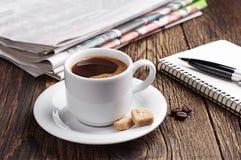 Kaffee, Zeitung und Notizblock Lizenzfreie Stockbilder