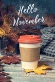 Kaffee zum Mitnehmen auf hölzernem Hintergrund lizenzfreies stockfoto