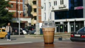 Kaffee zum Mitnehmen mit kürzlich gemachtem Kaffee am Rand der Tabelle stock footage