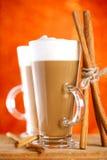 Kaffee zwei latte mit Zimtsteuerknüppeln lizenzfreie stockfotos