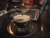 Kaffeeabschaltzeit mit Laptop auf Holztisch in der Kaffeestube Re lizenzfreies stockbild