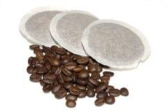 Kaffeeauflagen und -bohnen Lizenzfreies Stockbild