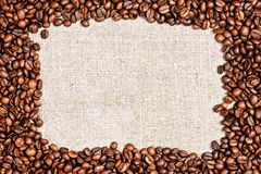 Kaffeebohne auf Leinwandbeschaffenheit Stockbilder
