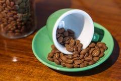 Kaffeebohne in einer grünen keramischen Schale Lizenzfreie Stockbilder