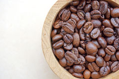 Kaffeebohne im hölzernen Eimer lizenzfreie stockfotografie