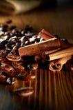 Kaffeebohne mit Cinnaman Steuerknüppel lizenzfreie stockfotografie