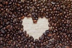 Kaffeebohne mit Leerstelle als Herzform Stockfotos