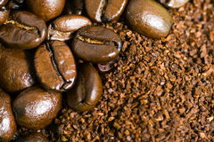 Kaffeebohne und Boden-Hintergrund Stockfotografie