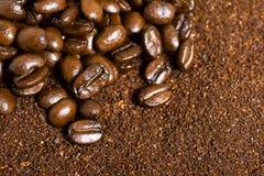 Kaffeebohne und Boden-Hintergrund Lizenzfreie Stockfotografie