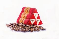 Kaffeebohne und Dreieckkissen stockfotografie