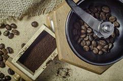 Kaffeebohne- und frisch gemahlenerkaffee Stockfotos