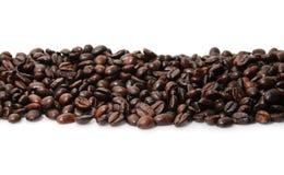 Kaffeebohne-Zeile auf Weiß Lizenzfreies Stockfoto
