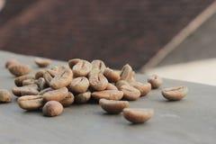Kaffeebohnehintergrund mit Fokus auf Kaffee lizenzfreies stockbild