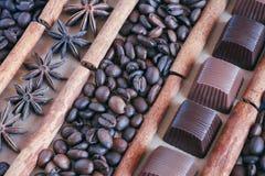 Kaffeebohnehintergrund mit Schokolade, Anis und Zimt lizenzfreies stockfoto