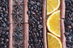 Kaffeebohnehintergrund mit Stücken Orange, Anis und Zimt stockfotografie