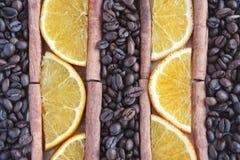 Kaffeebohnehintergrund mit Stücken Orange, Anis und Zimt lizenzfreie stockbilder