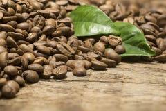 Kaffeebohnen über hölzernem Hintergrund Stockbild