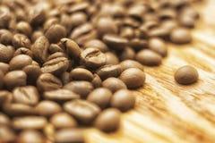 Kaffeebohnen über hölzernem Hintergrund Lizenzfreies Stockbild