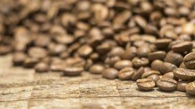 Kaffeebohnen über hölzernem Hintergrund Lizenzfreie Stockfotos