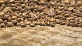 Kaffeebohnen über hölzernem Hintergrund Stockfotos