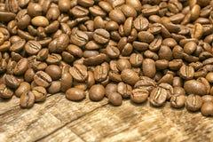 Kaffeebohnen über hölzernem Hintergrund Lizenzfreies Stockfoto