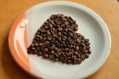 Kaffeebohnen angeordnet in einer Innerform lizenzfreies stockbild