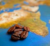 Kaffeebohnen auf Afrika-Karte Stockfotos