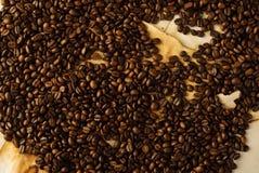 Kaffeebohnen auf altem Papier Stockfotos