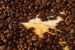 Kaffeebohnen auf altem Papier Stockfoto