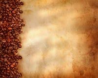 Kaffeebohnen auf altem Pergamentpapier Stockfotos