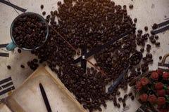 Kaffeebohnen auf alten Uhren Stockfoto