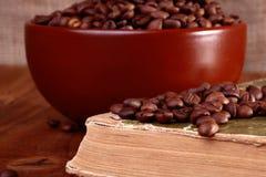 Kaffeebohnen auf Buch Lizenzfreies Stockbild