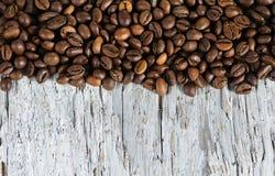 Kaffeebohnen auf dem alten Holz stockfotos
