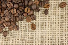 Kaffeebohnen auf dem Bitten Stockbild