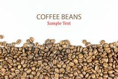 Kaffeebohnen auf dem lokalisierten weißen Hintergrund Lizenzfreies Stockfoto