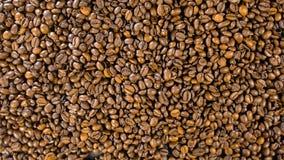 Kaffeebohnen auf dem Tisch Stockbilder