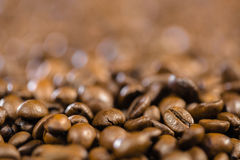 Kaffeebohnen auf dem Tisch Lizenzfreie Stockfotografie