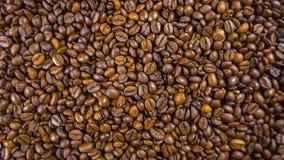 Kaffeebohnen auf dem Tisch Lizenzfreie Stockfotos