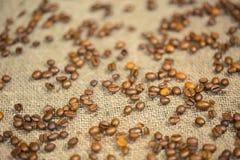 Kaffeebohnen auf dem Tisch Stockbild