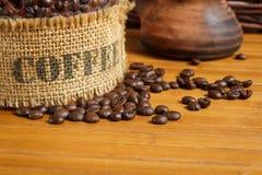 Kaffeebohnen auf der hölzernen Tabelle Lizenzfreies Stockbild