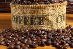 Kaffeebohnen auf der hölzernen Tabelle Stockfoto
