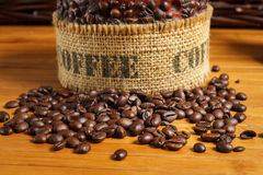 Kaffeebohnen auf der hölzernen Tabelle Lizenzfreie Stockfotos