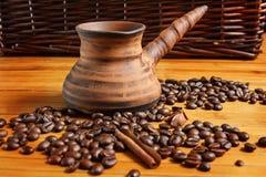 Kaffeebohnen auf der hölzernen Tabelle Lizenzfreie Stockbilder