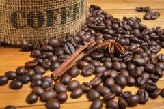 Kaffeebohnen auf der hölzernen Tabelle Lizenzfreie Stockfotografie