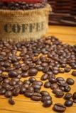 Kaffeebohnen auf der hölzernen Tabelle Stockfotos