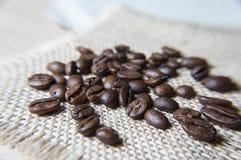 Kaffeebohnen auf der Leinwand Stockfotos