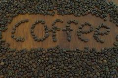 Kaffeebohnen auf der Tabelle, die Wort bildet Stockbilder