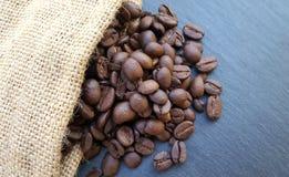 Kaffeebohnen auf dunklem Steinhintergrund Lizenzfreies Stockbild
