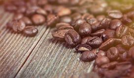 Kaffeebohnen auf einem hölzernen Hintergrund in der alten Farbe Stockfotografie