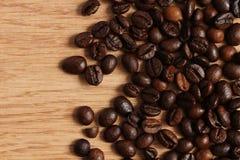 Kaffeebohnen auf einem Holztisch Stockfotos